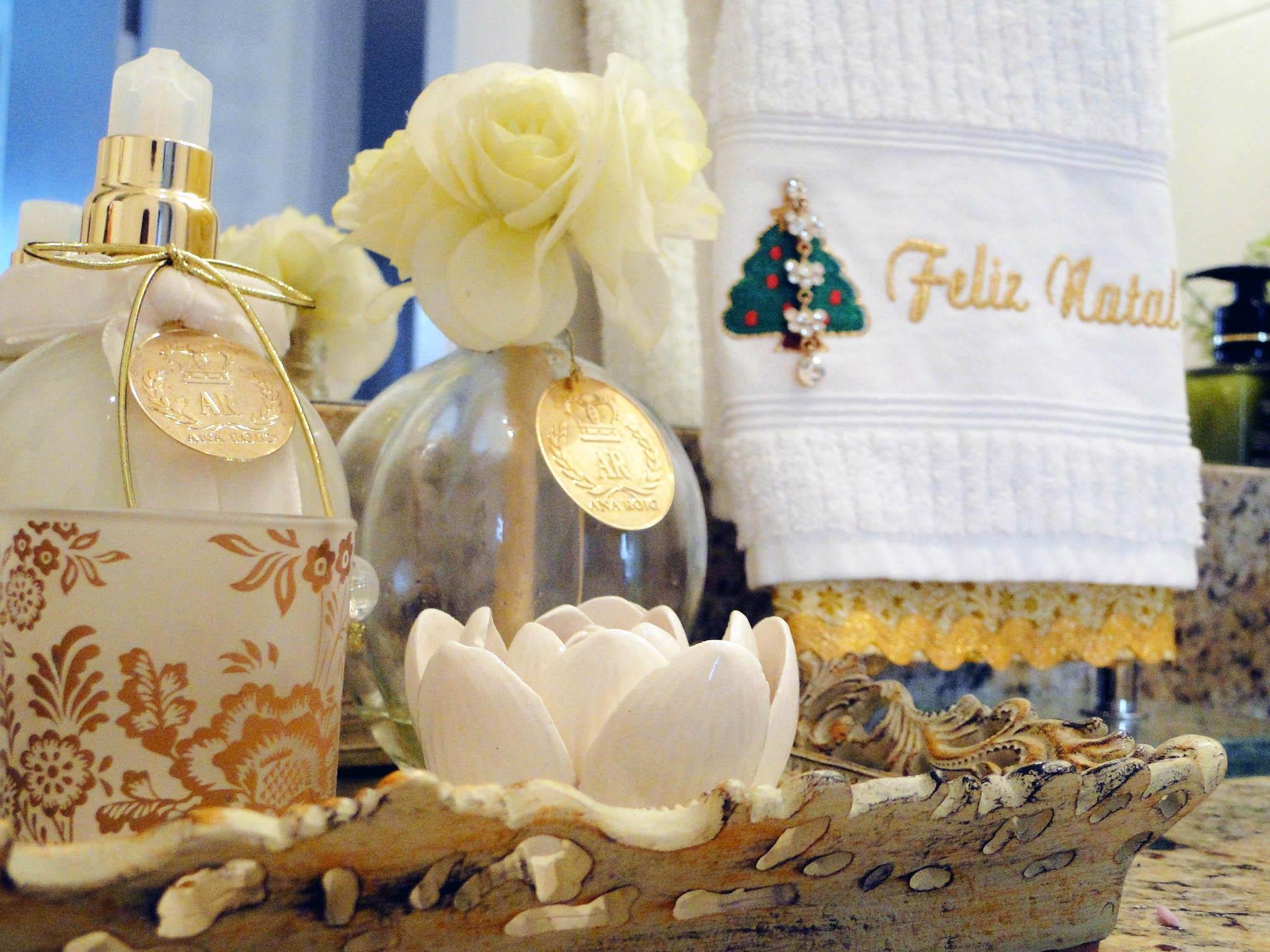 decoracao de lavabo para o natal:No lavabo ou banheiro, coloque um lindo arranjo natalino, toalha de