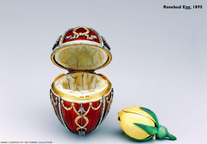 O Ovo Botão de Rosa tem a miniatura de Nicolau II no alto e o ano, em diamante, na parte inferior, também a flecha do Cupido em diamantes. Dentro, um botão de rosa amarela (símbolo de amor entre o casal), que por sua vez, ao ser girado, revela duas surpresas: uma miniatura da coroa imperial e um ovo de rubi como pingente